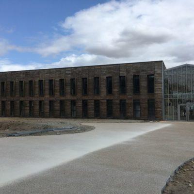 vue-facade-bois-et-cours-ecole-tourny-cruard